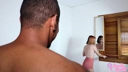 HARDCORE - Meu amigo me pegou tirando foto pelada pro meu namorado, me fez vomitar na garganta profunda, fodeu minha buc